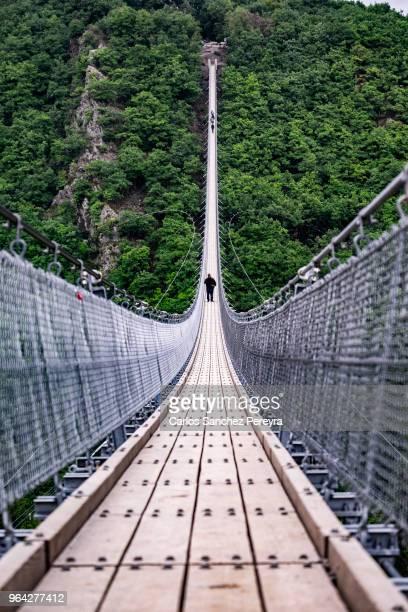 swing bridge - hängebrücke stock-fotos und bilder