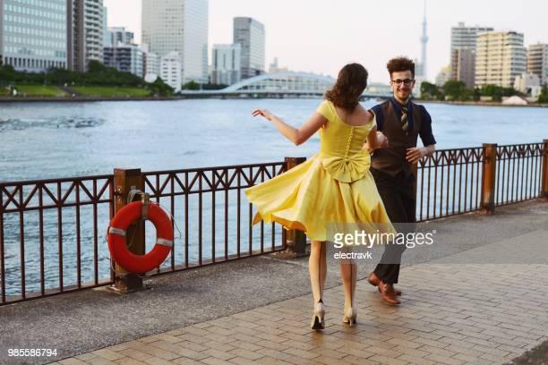 danseurs de swing au coucher du soleil - rock photos et images de collection