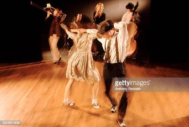 swing dancers - rock photos et images de collection