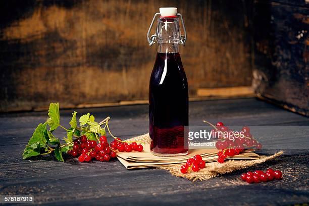 swing top bottle with red currant juice - johannisbeere stock-fotos und bilder