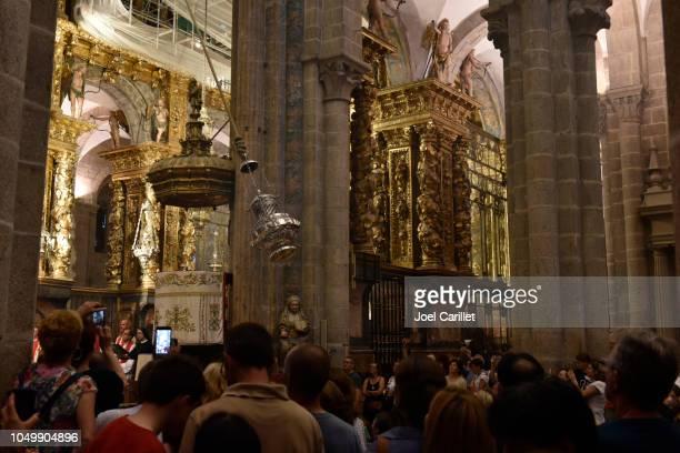 swinging of the botafumerio (incense burner) in santiago de compostela cathedral - cattedrale di san giacomo a santiago di compostela foto e immagini stock