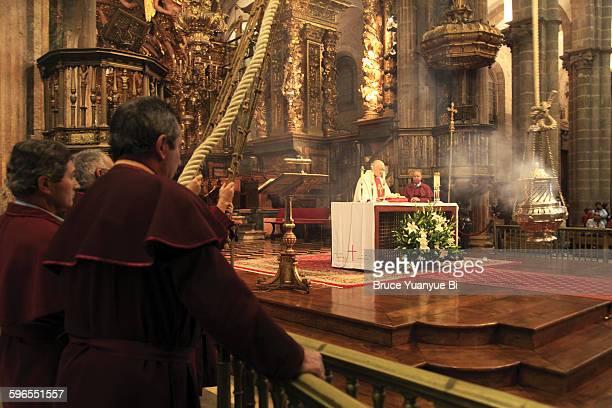 swinging the botafumeiro - cattedrale di san giacomo a santiago di compostela foto e immagini stock