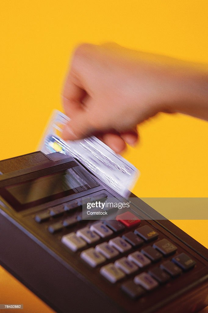 Swiping credit card : Stockfoto
