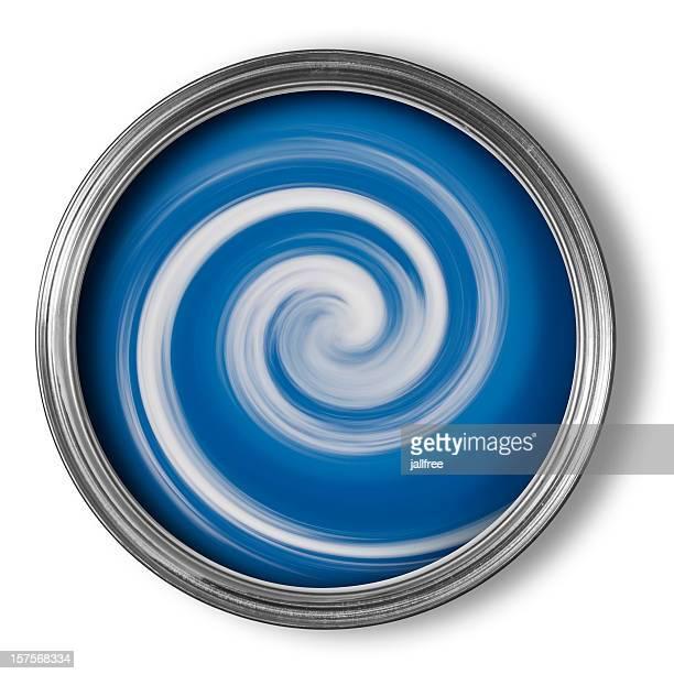 Espirales de pintura de mezcla en lata de pintura abierta en blanco