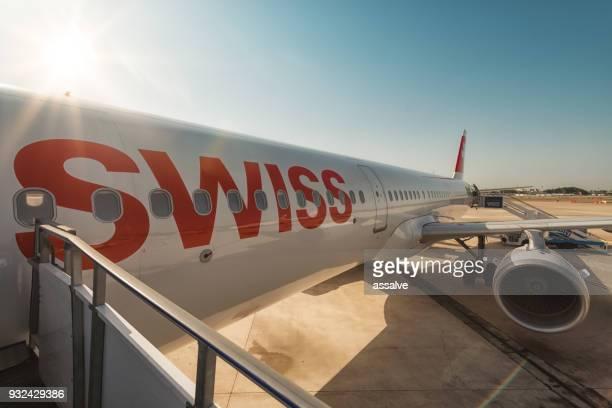 Avión suizo antes de embarcar en un pequeño aeropuerto