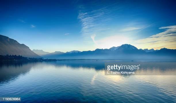 swiss alps at sunset in switzerland - meer van genève stockfoto's en -beelden
