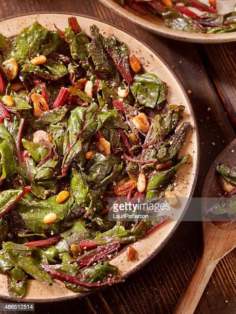 Swiss acelga rehogados con ajo, aceite de oliva y piñones