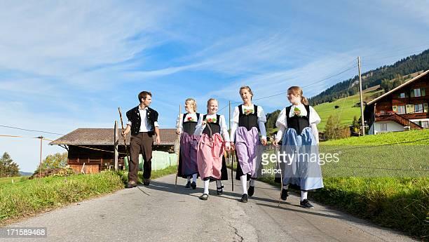 スイス農家の伝統的な服装でご家族のウォーキングダウン山