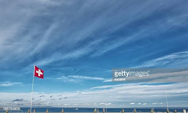 schweizer flagge über dem lake constance im harbour rorschach - politik stock-fotos und bilder