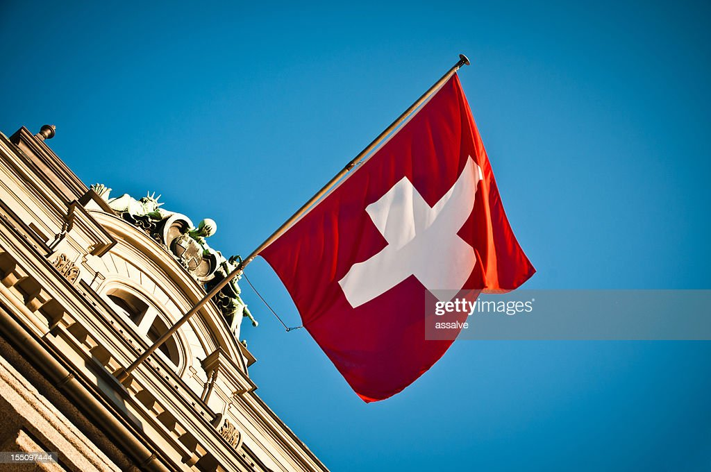 Bandera suiza Saludar con la mano en el histórico edificio : Foto de stock