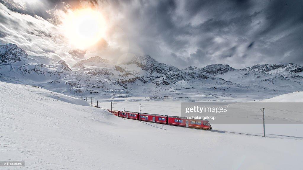 山の魅力満点のスイスのエキスプレス列車ベルニナクロスの高い mo : ストックフォト