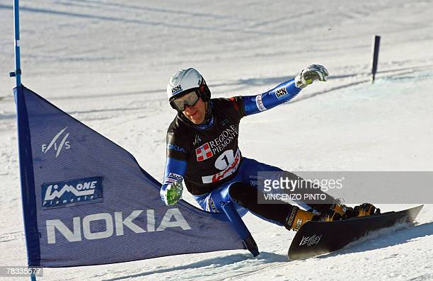 Swiss Simon Schoch competes in the Men's parallel giant slalom snowboard World Cup race in Limone Piemonte 08 December 2007 Austrian Manuel Veith won...