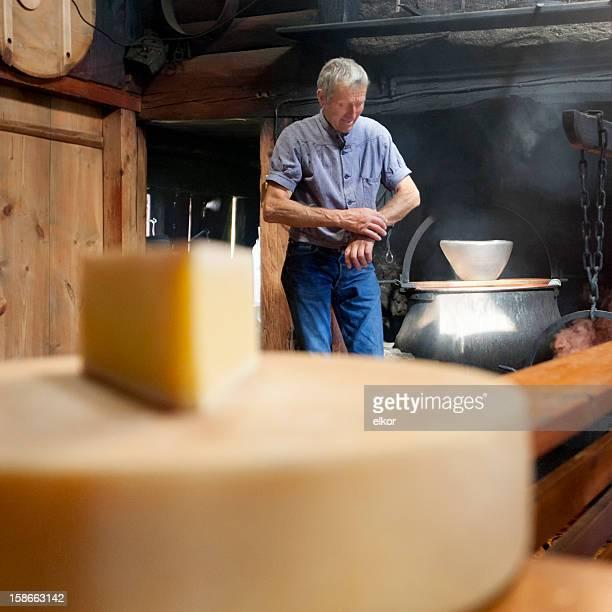 Schweizer traditionellen Cheesemaker Blick in die Armbanduhr.