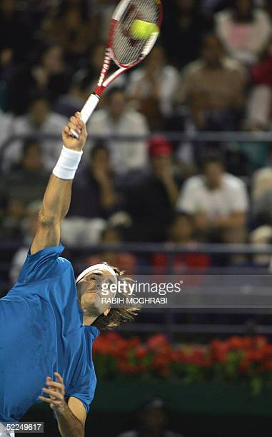 Swiss world number one Roger Federer returns to his opponent Ivan Ljubicic of Croatia during their ATP Dubai Men's Duty Free match 27 February 2005...