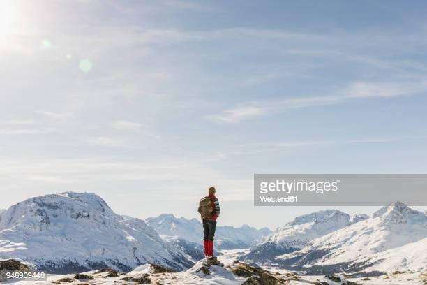 switzerland, engadin, hiker in mountainscape looking at view - kanton graubünden stock-fotos und bilder