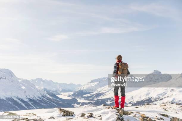 switzerland, engadin, hiker in mountainscape looking at view - un seul homme photos et images de collection