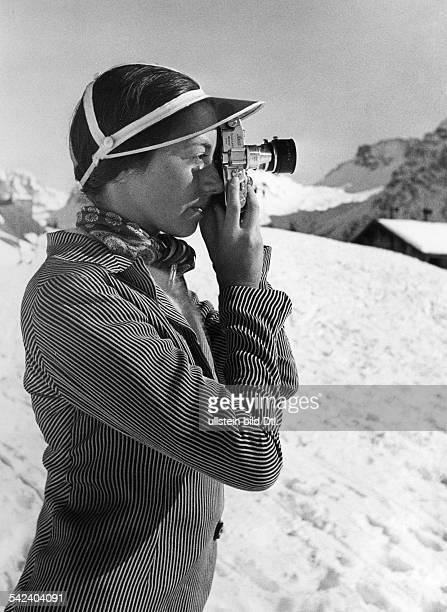 Switzerland Graubuenden Trendy winter sport enthusiast with a stateoftheart Leica camera in Arosa 1934 Photographer Alfred Eisenstaedt Vintage...