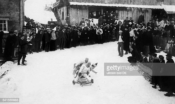 Switzerland Graubuenden Winter sports in Davos Bobsleigh Published by 'Berliner Illustrirte Zeitung' 7/1901Vintage property of ullstein bild