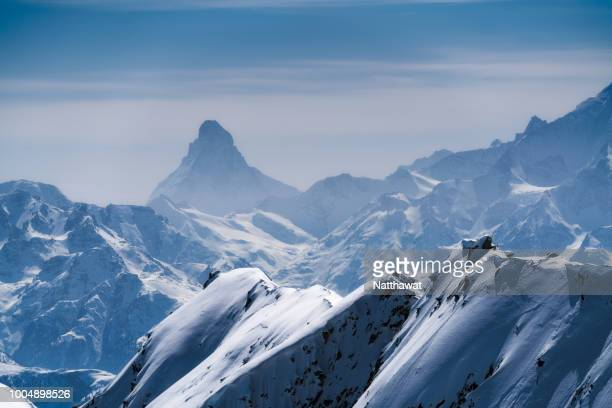 switzerland, matterhorn seen from the aletsch glacier - cresta de montanha - fotografias e filmes do acervo