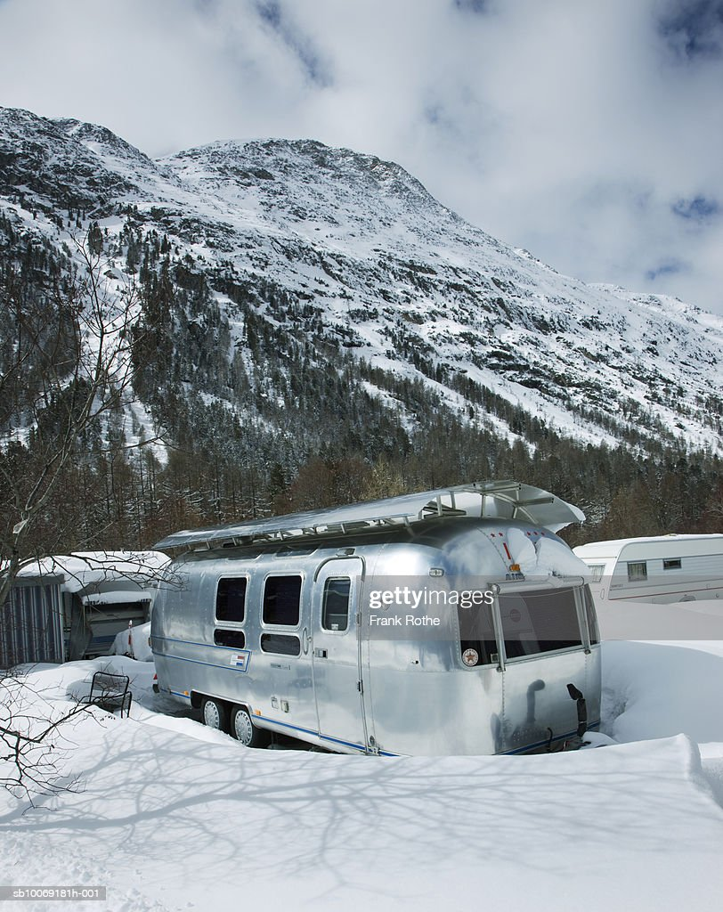 Switzerland, Motor home in snow : Stockfoto