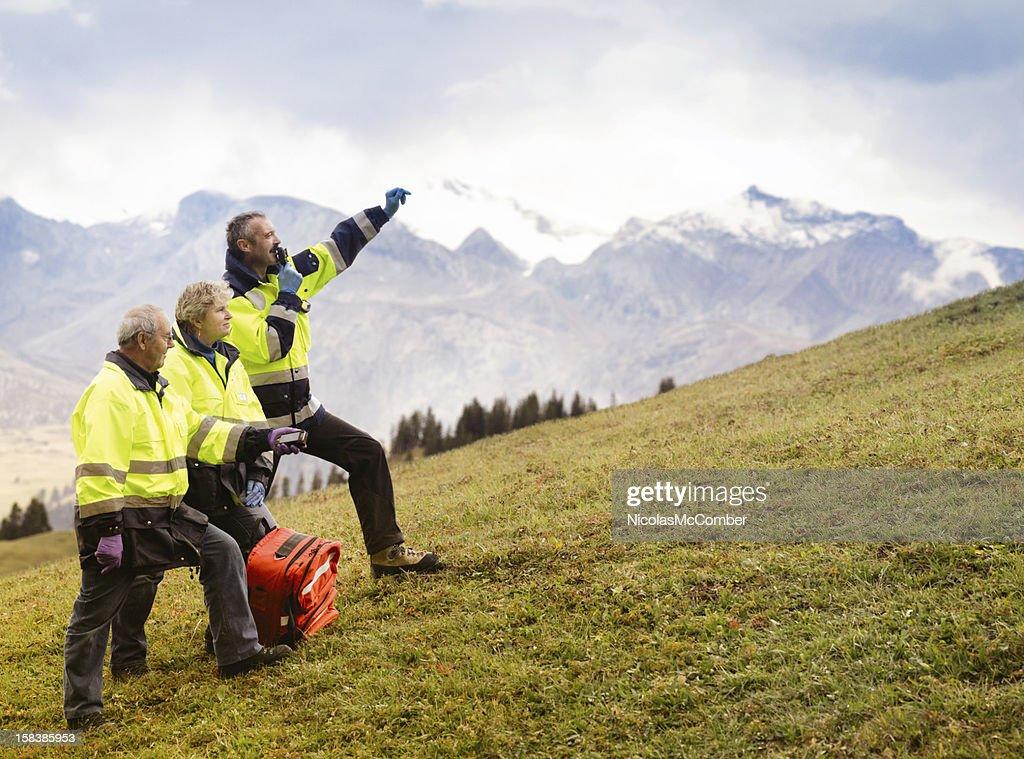 Equipo de rescate de señalización de las montañas de Suiza : Foto de stock