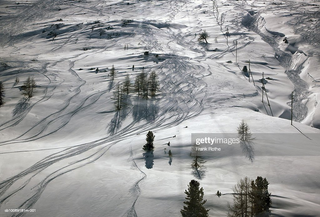 Switzerland, Ski tracks in snow : Stockfoto