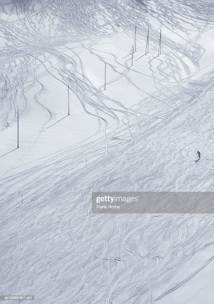 Switzerland, Skier skiing on snow, aerial view : Stockfoto