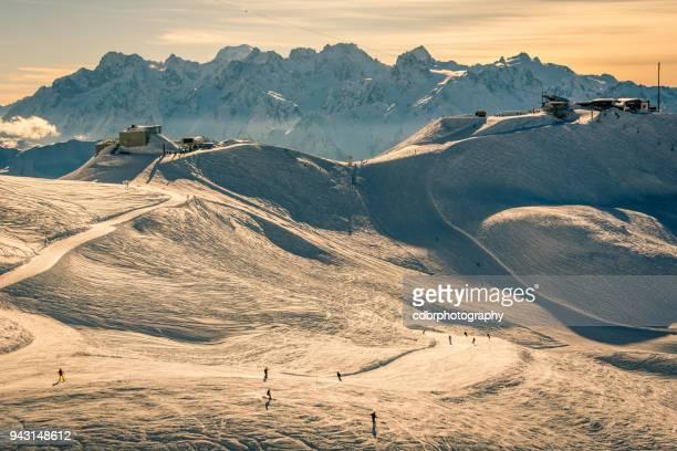 zwitserland wintersport zonsondergang - skigebied stockfoto's en -beelden