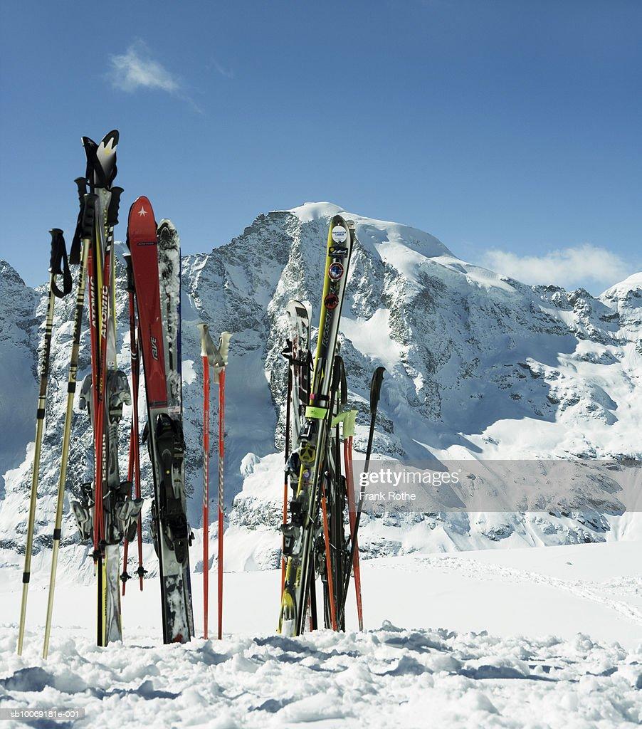 Switzerland, Skis in snow : Stockfoto