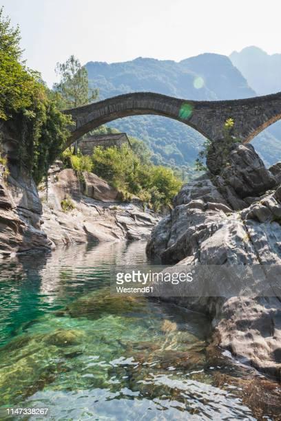 switzerland, ticino, verzasca valley, verzasca river and historical ponte dei salti bridge - römisch stock-fotos und bilder
