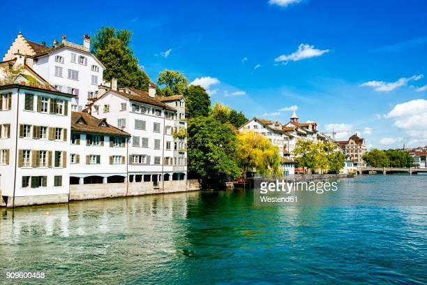switzerland, zurich, houses at river limmat - rio limmat - fotografias e filmes do acervo