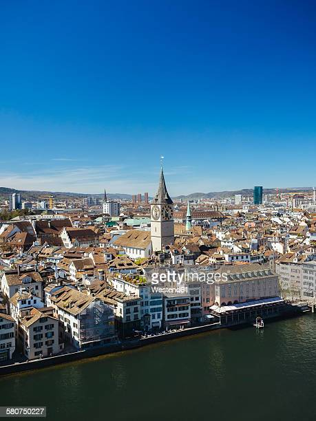 switzerland, zurich, old town, view to limmat river, st. peter's church and prime tower - rio limmat - fotografias e filmes do acervo