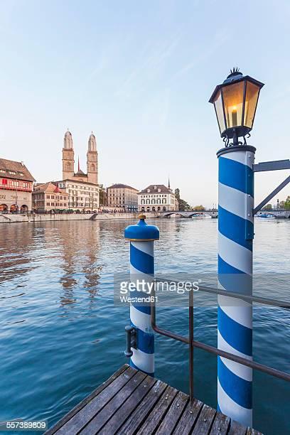 switzerland, zurich, river limmat, limmat quai, mooring area, great minster in the background - rio limmat - fotografias e filmes do acervo