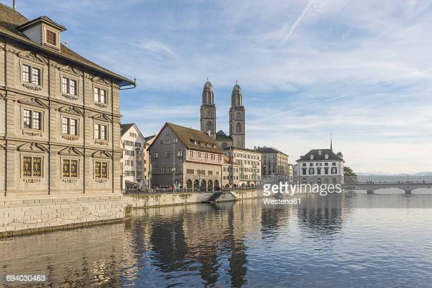switzerland, zurich, view to great minster with limmat in the foreground - rio limmat - fotografias e filmes do acervo