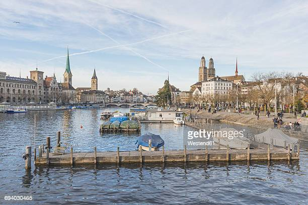 switzerland, zurich, view to the old town with women's minster, st. peter and great minster - rio limmat - fotografias e filmes do acervo