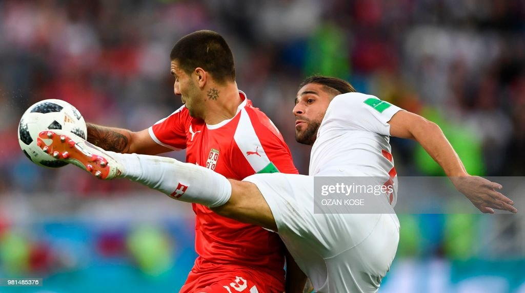 TOPSHOT - Switzerland's defender Ricardo Rodriguez (R) fights for the ball with Serbia's forward Aleksandar Mitrovic during their Russia 2018 World Cup Group E football match between Serbia and Switzerland at the Kaliningrad Stadium in Kaliningrad on June 22, 2018. (Photo by OZAN KOSE / AFP) / RESTRICTED
