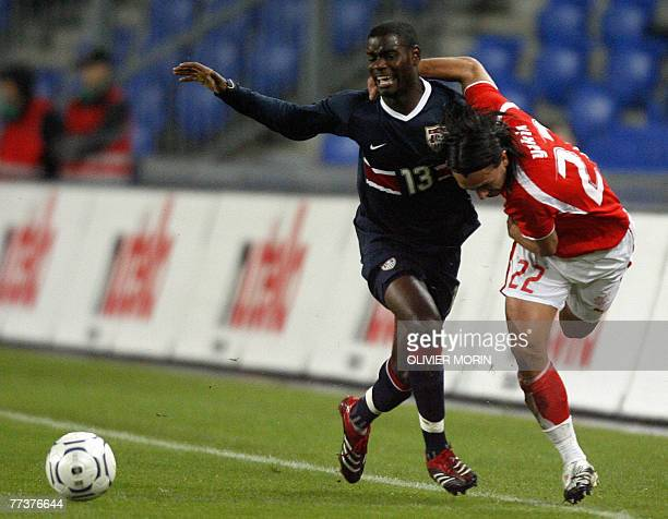 Switzerland's Hakan Yakin viess for the ball with US forward Maurice Edu during their friendly match at St Jakob Stadium in Basel 17 Octobre AFP...