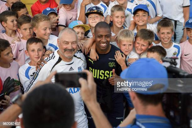 Switzerland's midfielder Gelson Fernandes poses with local young football players during a training session in Tolyatti also known as Togliatti on...