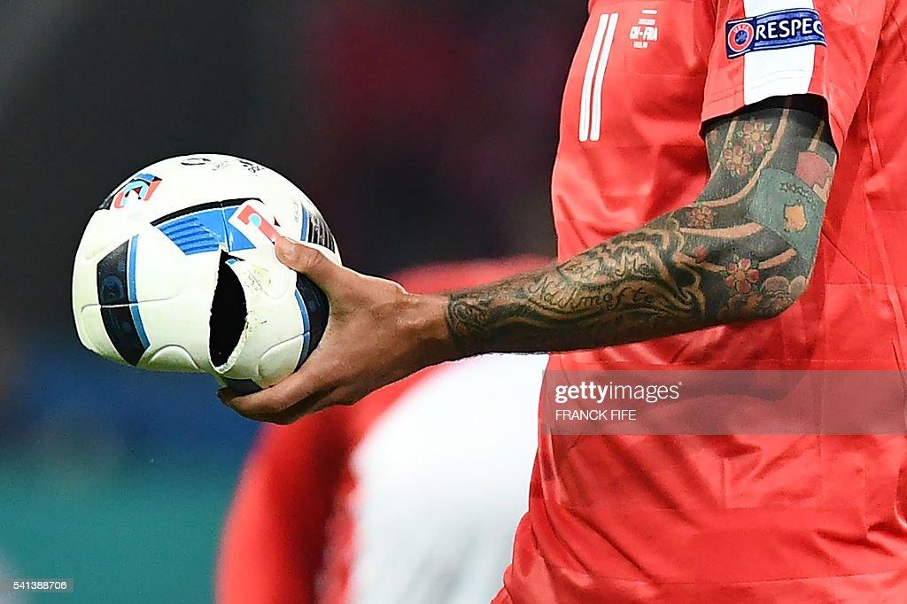 TOPSHOT-FBL-EURO-2016-MATCH26-SUI-FRA : News Photo