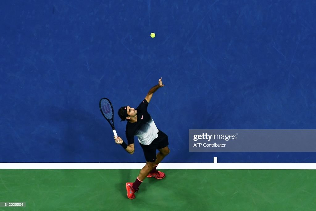 TOPSHOT - Switzerland's Roger Federer serves the ball to Spain's Feliciano Lopez during their 2017 US Open Men's Singles match at the USTA Billie Jean King National Tennis Center in New York on September 2, 2017. / AFP PHOTO / Jewel SAMAD