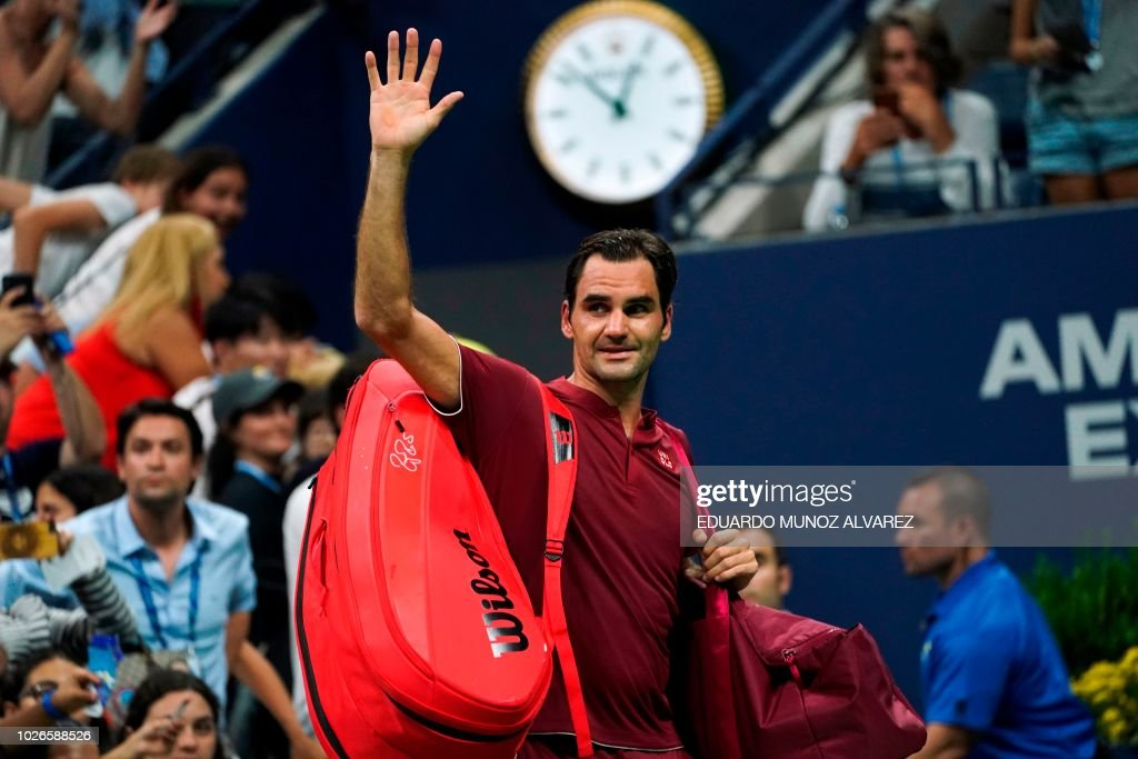 TOPSHOT - Switzerland's Roger Federer waves as he walks off court after losing his 2018 US Open Men's Singles tennis match against Australia's John Millman at the USTA Billie Jean King National Tennis Center in New York on September 3, 2018. - Five-time champion Roger Federer crashed out of the US Open fourth round, beaten in four sets by 55th-ranked Australian John Millman.