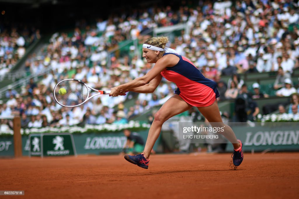 TOPSHOT - Switzerland's Timea Bacsinszky returns the ball to US Venus Williams during their tennis match at the Roland Garros 2017 French Open on June 4, 2017 in Paris. / AFP PHOTO / Eric FEFERBERG