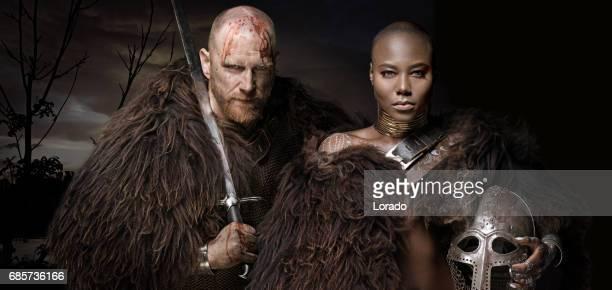 Zwaard zwaaien bloedige viking soldaat met warrior koningin