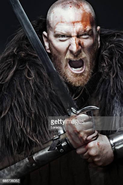 Svärd svingar blodiga viking krigare i känslomässiga pose
