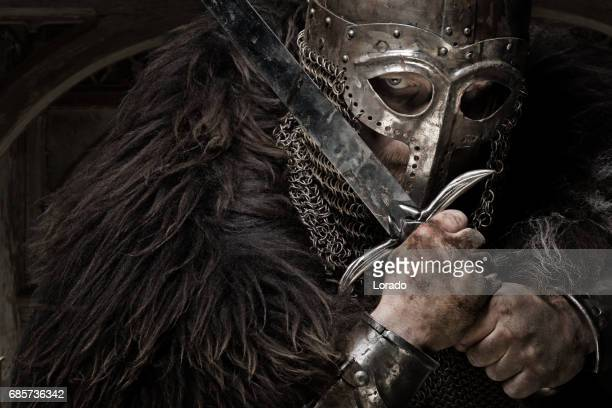 schwert schwingende blutigen wikinger-krieger mit einem alten helm - wikinger stock-fotos und bilder