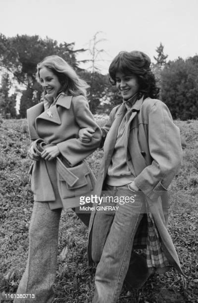 Sydne Rome et Maria Schneider lors du tournage du flim 'La Baby Sitter' réalisé par René Clément à Rome le 4 février 1975 Italie