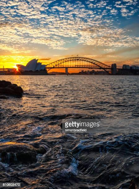 sydney harbour au coucher du soleil - sydney photos et images de collection