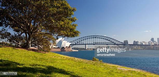 シドニーハーバーの太陽の下で - オペラ座 ストックフォトと画像