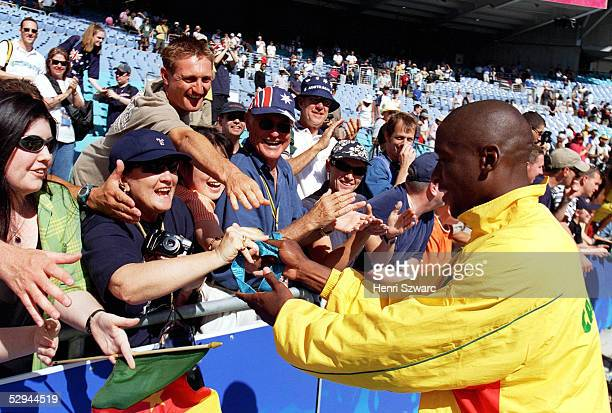 SYDNEY 2000 Sydney MAENNER/FINALE/SPANIEN KAMERUN 35 nE FANS freuen sich mit einem Spieler des CMR Teams