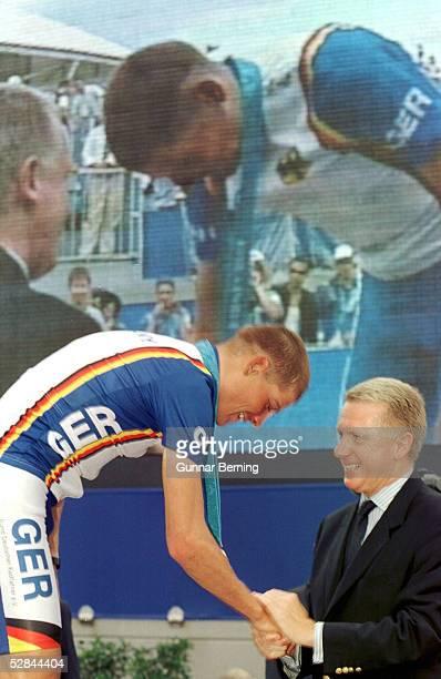 SYDNEY 2000 Sydney MAENNER/STRASSE GOLD fuer Jan ULLRICH/GER ueberreicht durch IOC Mitglied Hein VERBRUEGGEN